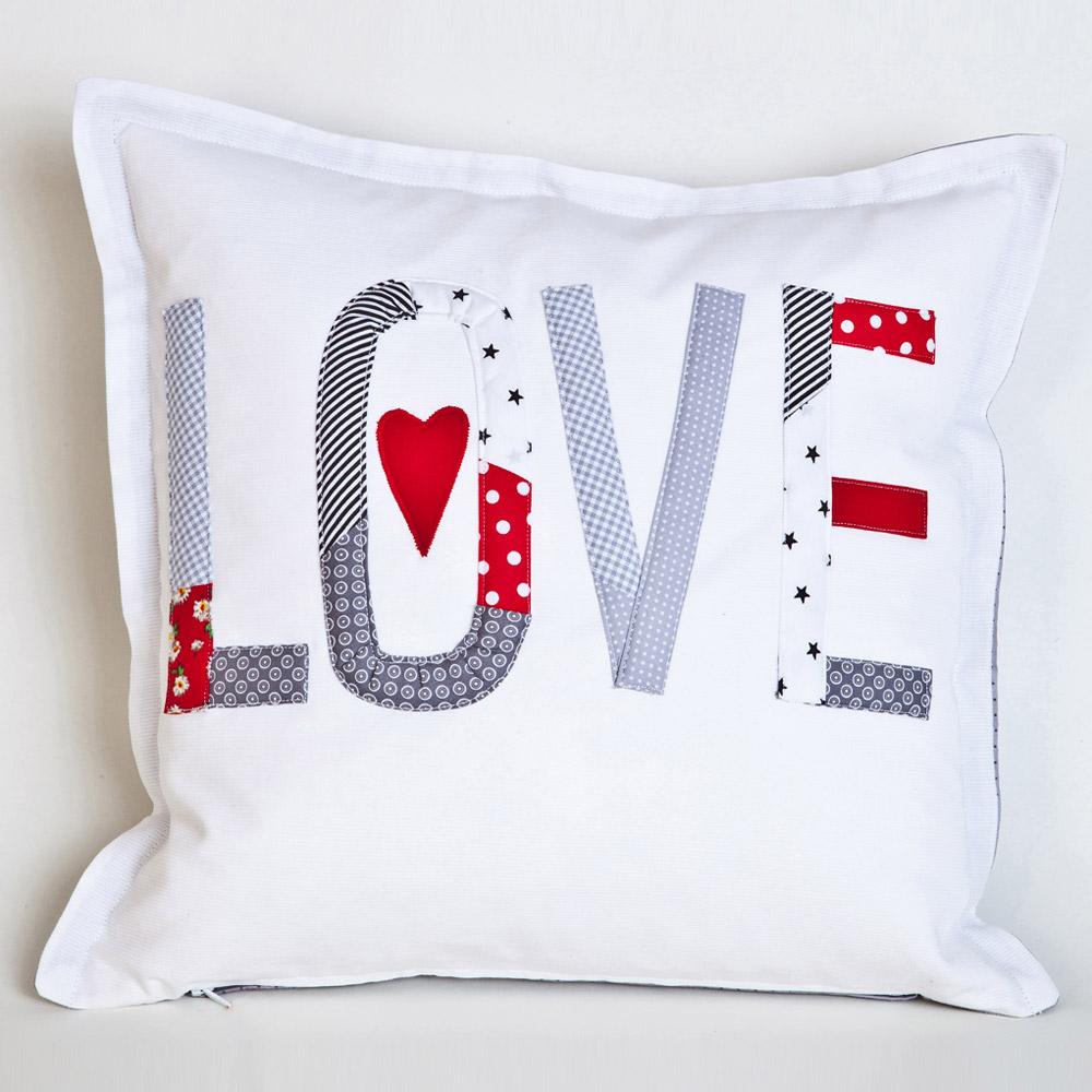 kissen wei grau mit applikation love. Black Bedroom Furniture Sets. Home Design Ideas